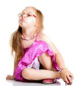 Una ragazza carina gonfia le guance isolate — Foto Stock