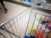 Vista de un carrito de compras con los artículos comestibles — Foto de Stock