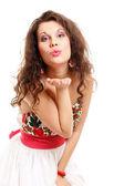 молодая женщина, дует поцелуй изолированные — Стоковое фото