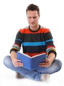 Joven leyendo un libro en el piso aislado — Foto de Stock