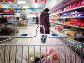 View of a shopping cart with grocery items — Stok fotoğraf