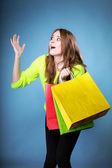 Förvånad tjej med shopping väska. försäljning. — Stockfoto