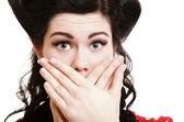 Eliyle ağzını kaplayan sürpriz kız — Stok fotoğraf