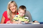 母亲和儿子在一起绘制 — 图库照片