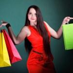 Молодая женщина с бумаги multi цветные сумка - Стоковое изображение #23835221.