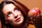 Podzimní žena s apple — Stock fotografie