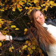 Woman girl portret in autumn green leaf wall — Foto de Stock