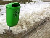 Zielony pastic śmietnika czy może na ulicy — Zdjęcie stockowe