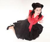 Peinado maquillaje pin-up de mujer posando en studio — Foto de Stock