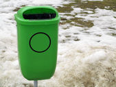 绿色塑垃圾桶或大街上能 — 图库照片