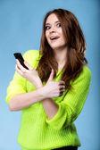 快乐的女孩与电话和手势竖起大拇指 — 图库照片