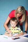 Mor och son ritning tillsammans — Stockfoto