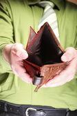 пустой бумажник в мужских руках - плохой экономике — Стоковое фото