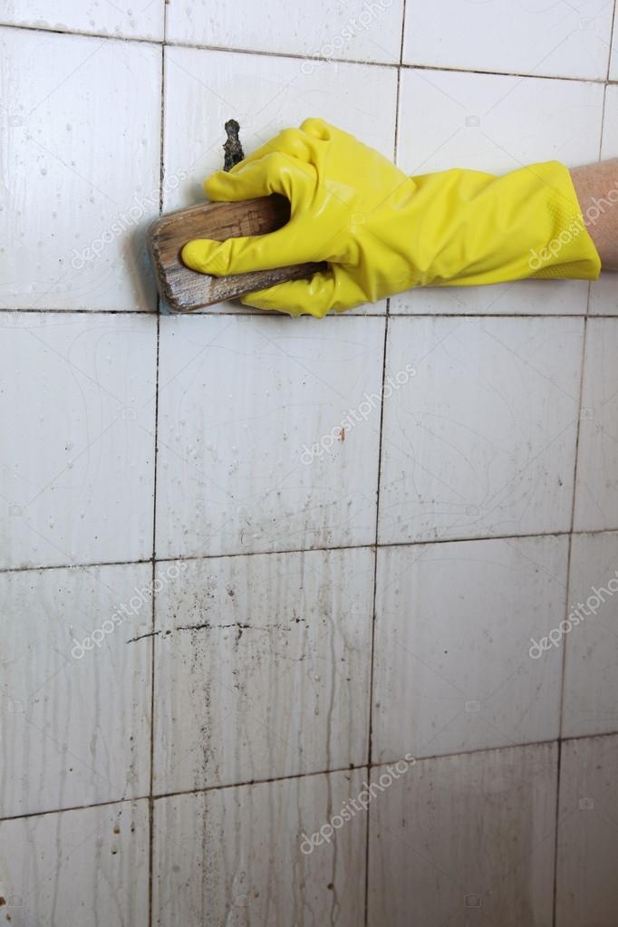 Imagenes De Un Baño Sucio: de azulejos antiguos sucios en un cuarto de baño – Imagen de stock