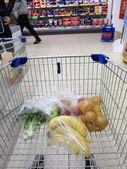 Panier avec épicerie au supermarché — Photo