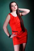 Cheveux longs de femme rouge robe sur fashion verte — Photo