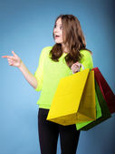 Garota surpresa com papel colorida saco de compras — Fotografia Stock