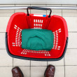 Empty shopping basket at supermarket — Stock Photo