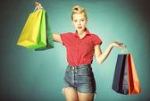 Ragazza con stile retrò di borse per la spesa — Foto Stock