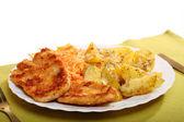 Gebakken kip met geroosterde potatos en wortel salade — Stockfoto