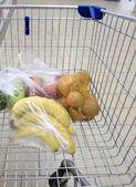 Carro de compras con tienda de comestibles en el supermercado — Foto de Stock