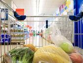 корзина с продуктовый супермаркет — Стоковое фото