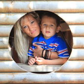 Anne ve oğlu peeks Bahçesi adlı delikten — Stok fotoğraf