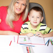 Mother and son drawing together — Stockfoto