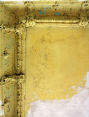 Poškozený strop ve starých opuštěných domů — Stock fotografie
