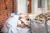 Volledige bouw afval puin tassen — Stockfoto