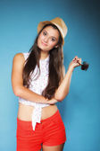 Schönes glückliches mädchen in sommerkleidung — Stockfoto