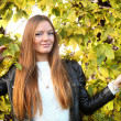 Woman girl portret in autumn green leaf wall — Stockfoto