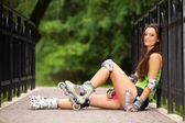 Kvinna rullskridskoåkning sport aktivitet i park — Stockfoto