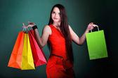 紙マルチ色の買い物袋を持つ若い女 — ストック写真
