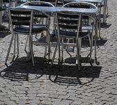 открытый ресторан кафе стулья с таблицей — Стоковое фото