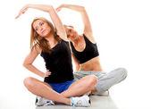 Twee vrouwen doen fitness oefening geïsoleerd — Stockfoto