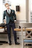 Jonge knappe man van de stijlvolle in trendy café — Stockfoto