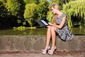 Meisje met tablet pc computer ebook lezer touchpad pc — Stockfoto