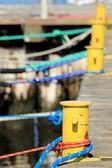 Dissuasore giallo antico con corda a marina — Foto Stock