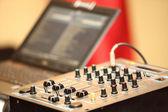 Zvukař ovládacího panelu audio mixážní pult — Stock fotografie