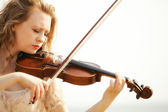 画像金发女孩用室外的小提琴 — 图库照片