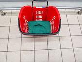 Prázdný nákupní košík v supermarketu — Stock fotografie