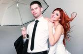 Nevěsta ženich šťastný manželský pár na šedém pozadí — Stock fotografie