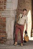 Junger Mann mit Tasche auf der Straße, alte Stadt Danzig — Stockfoto