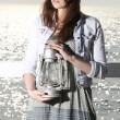 dziewczyna na molo z lampy naftowej — Zdjęcie stockowe
