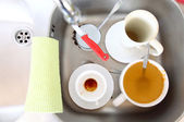 Dishwashing. White dishes in the kitchen sink. — Stock Photo