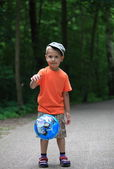 Boy playing with ball in park outdoors — Stockfoto
