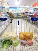 Koszyk z spożywcze w supermarkecie — Zdjęcie stockowe