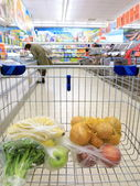 Kundvagn med livsmedelsbutik på stormarknad — Stockfoto