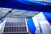 Pannelli solari in barca a vela. energia rinnovabile eco — Foto Stock